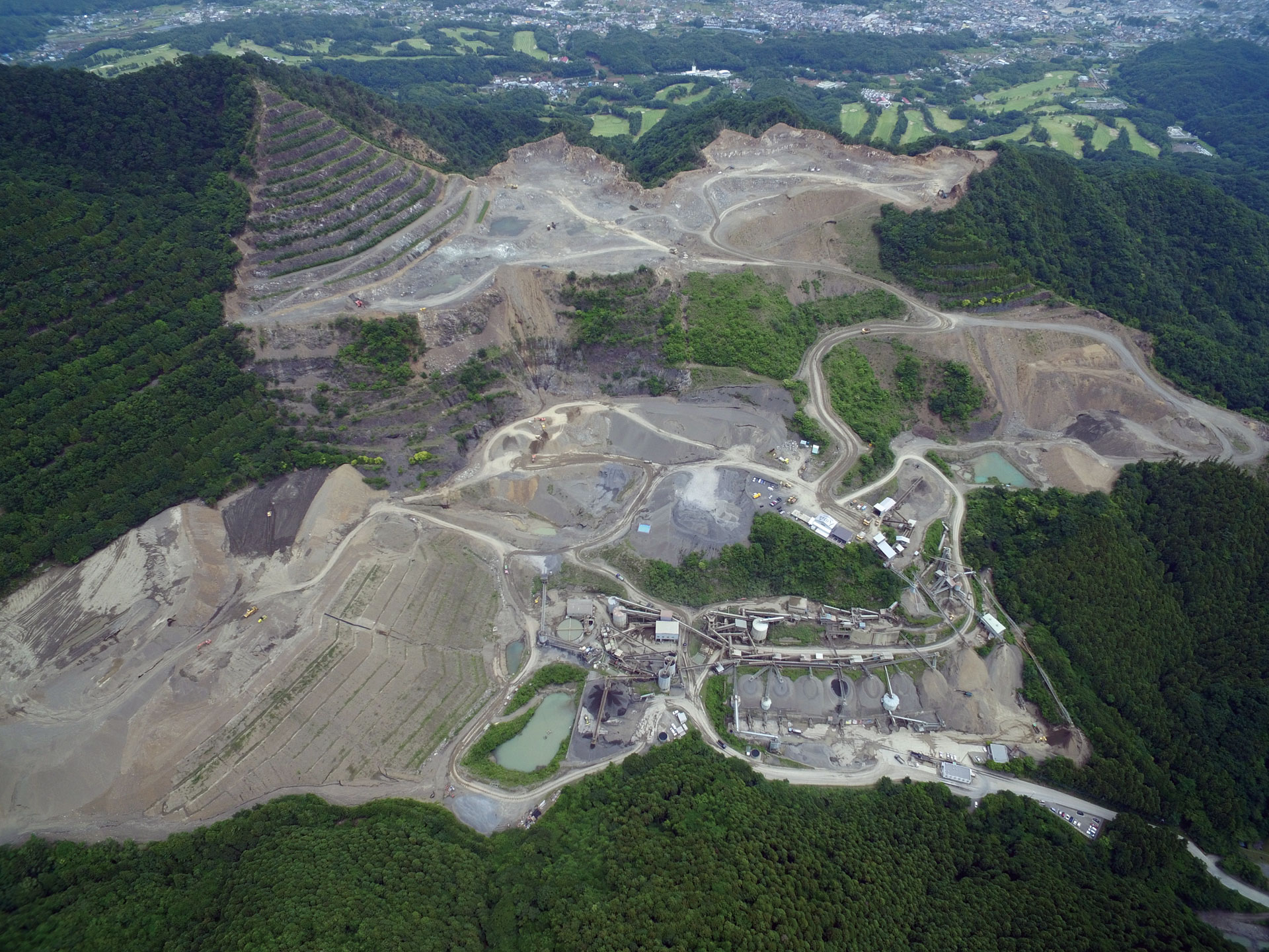 日本の採石工場のモデルとして。